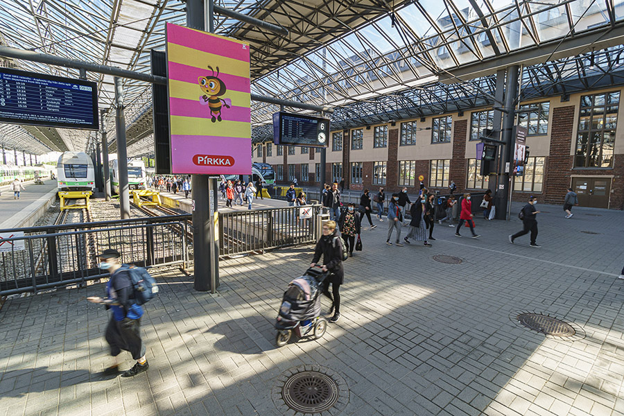 Digitaalinen ulkomainontakampanja Amppari Helsingin päärautatieasemalla